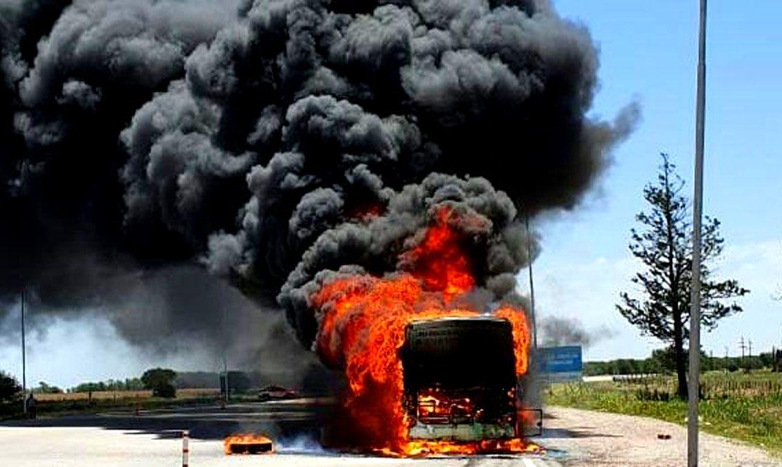 Un colectivo con pasajeros se prendió fuego en la autovía de la ruta 36