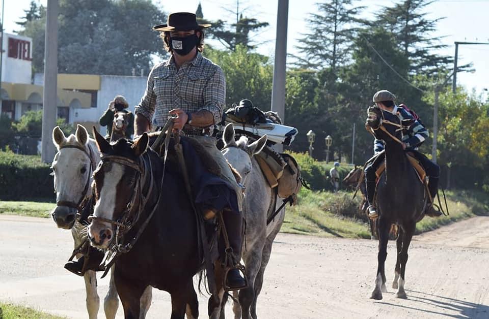 Recorriendo el país a caballo