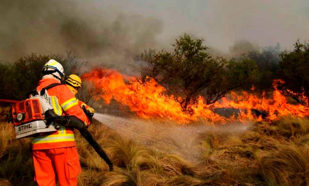 Bomberos combaten las llamas con apoyo de siete aviones hidrantes