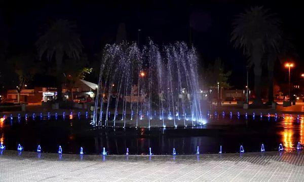 La fuente de la Plaza Sarmiento está habilitada para quienes quieran bañarse